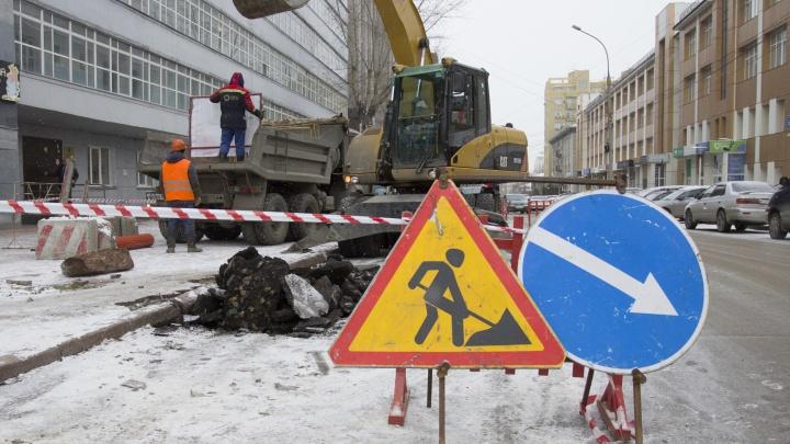 Рядом с Красным проспектом на две недели раскопали дорогу