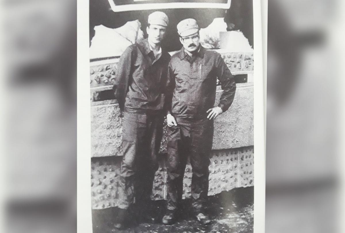 Олег Соломеин вместе с Сергеем Трофимовым у входа на контрольно-пропускной пункт полка химической защиты недалеко от места аварии