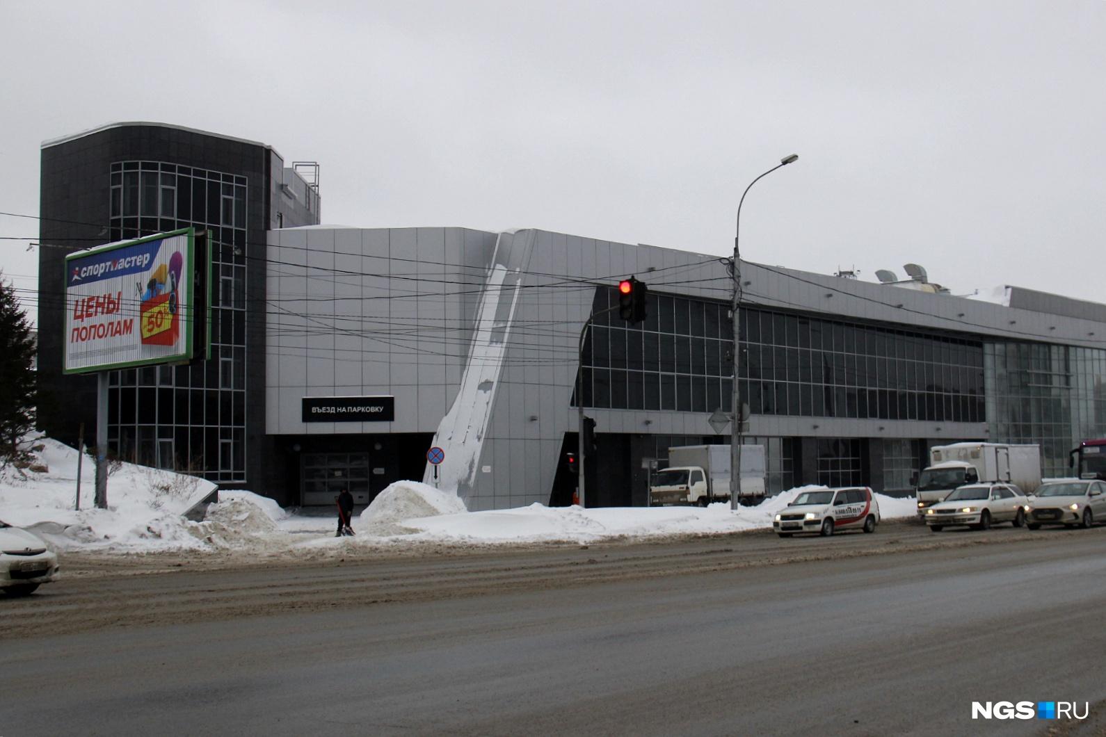 Теплица заняла лишь часть первого этажа этого просторного здания