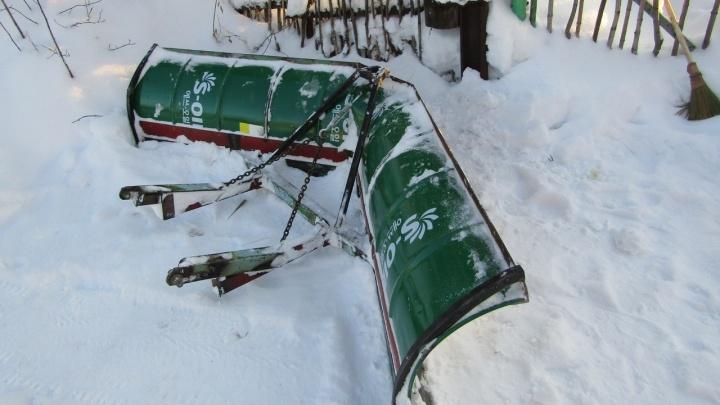 Новосибирец сделал ковш для микроавтобуса, чтобы чистить снег — его испытания он снял на видео
