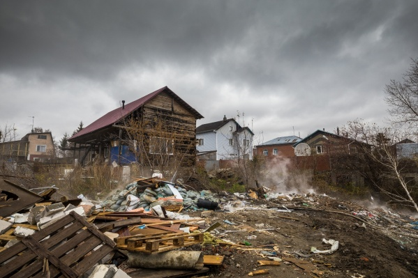 Пожар произошёл на стихийной свалке в паре шагов от жилых домов на улицах Воронежской, Коломенской, Фурманова, Москворецкой и других