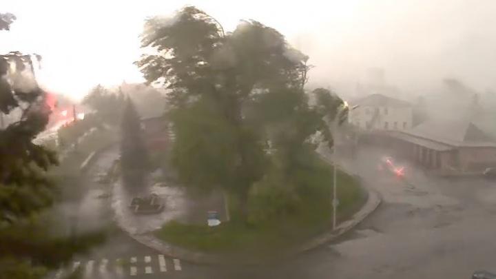 Как в фильмах про апокалипсис: камеры наблюдения сняли разрушительный ураган в Нижнем Тагиле