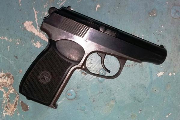 По словам омички, оружие было снято с предохранителя (он находится с другой стороны пистолета, на фото его не видно)