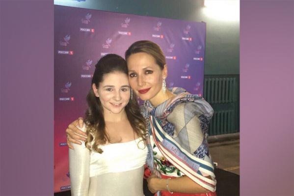 Алина вместе с ведущей шоу Дарьей Златопольской