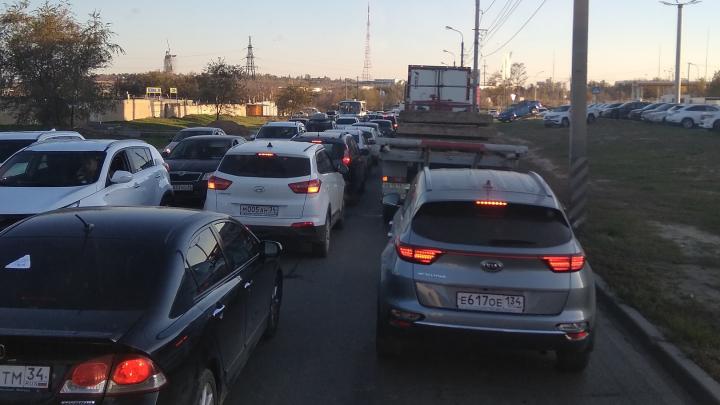 «Вчерашний вечер повторяется?»: волгоградцы застряли в гигантской пробке на улице Землячки