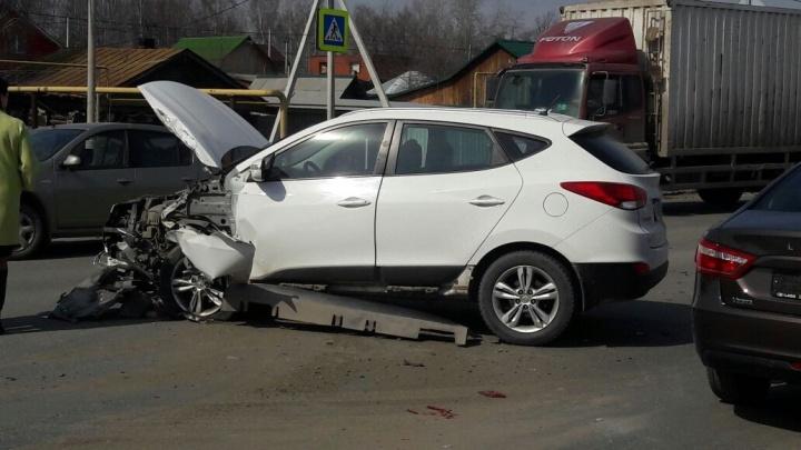Передняя часть всмятку: на проспекте Космонавтов Hyundai на полном ходу влетел в Renault Sandero