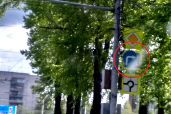 Знак поворота полностью перекрывает дорожный знак пешеходного перехода