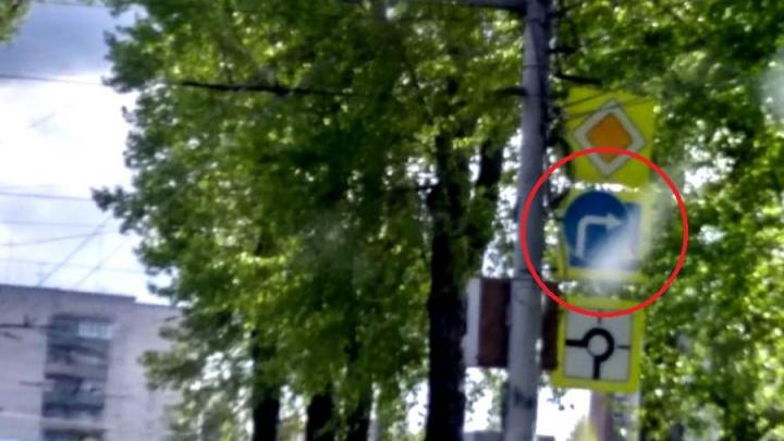 Новосибирцы заметили закрытый знак пешеходного перехода на площади Кирова