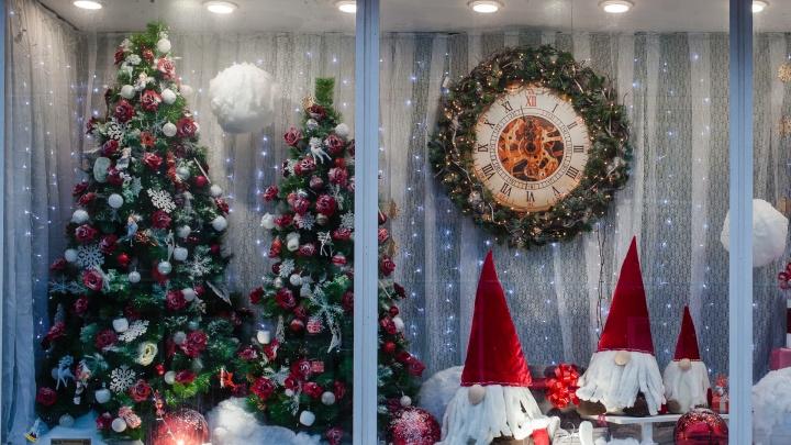 Новогодняя сказка за стеклом: как украсили свои витрины магазины Перми