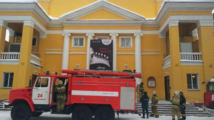 К музыкальному театру съехались 16 пожарных машин