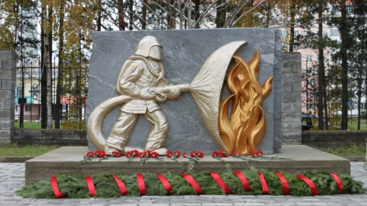 В Железногорске по эскизу ветерана создали и установили памятник пожарным