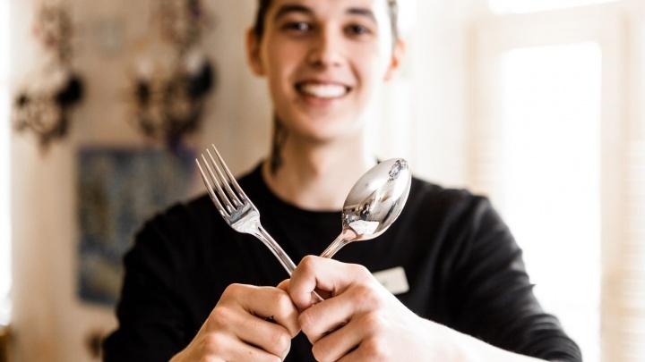 Новогодний лайфхак: разбираемся, за какую вилку и ложку в первую очередь браться в пафосном ресторане