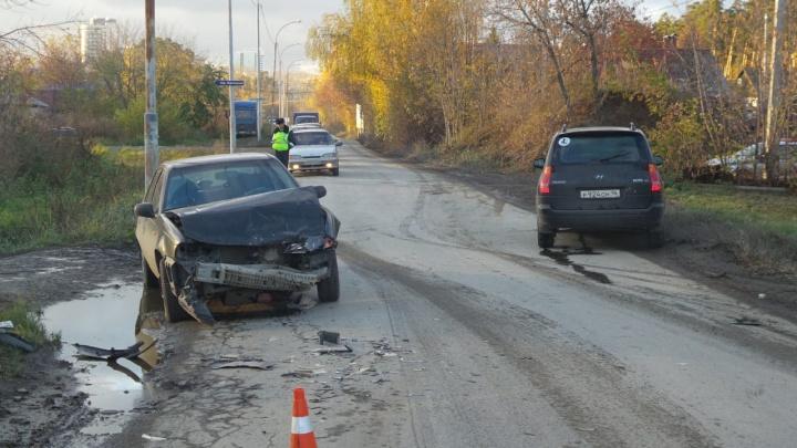 Полицейские разыскивают водителя иномарки, который устроил ДТП на Уктусе и сбежал