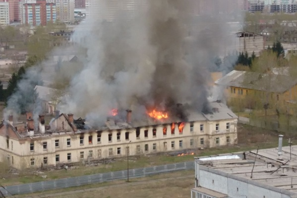 Огонь объял кровлю здания