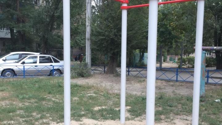 «Стоял несусветный крик»: волгоградский школьник попал на операцию из-за брошенного рабочими пня