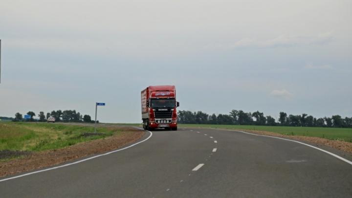 Дорожники начали устанавливать новое освещение на дороге до аэропорта