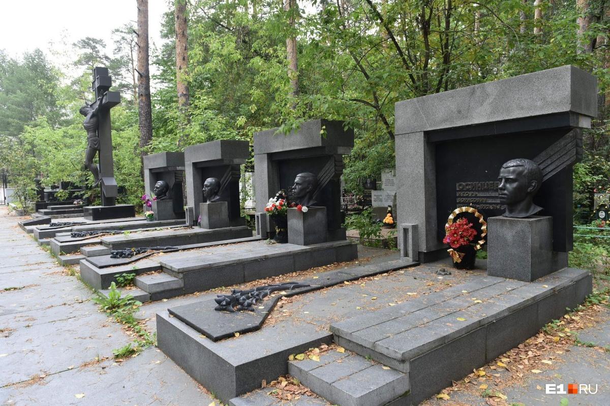 Аллея «центровых» на Широкореченском кладбище