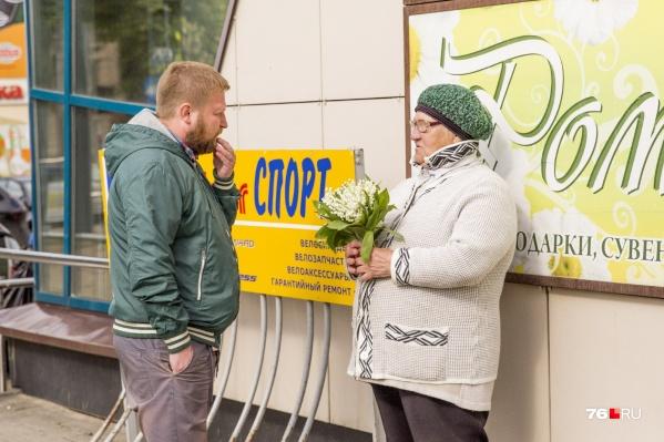 Опрос показал, что многие ярославцы предпочитают покупать цветы у бабушек на улицах