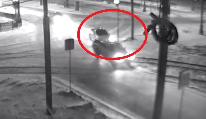 """""""Очередной лихач"""": на Татищева камера сняла, как легковушка на скорости влетела в столб"""