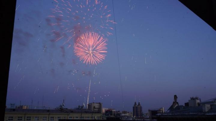Видео: над центром Новосибирска прогремел праздничный салют