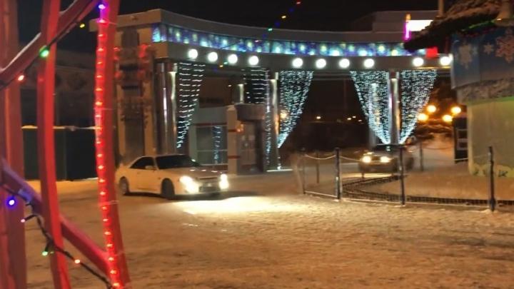 Автомобилистов, устроивших дрифт вокруг елки на Цветном бульваре, ищет ГИБДД