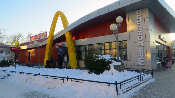 Тюменцев возмутило поведение сотрудников фастфуда, которые отказались впускать замерзающего мужчину
