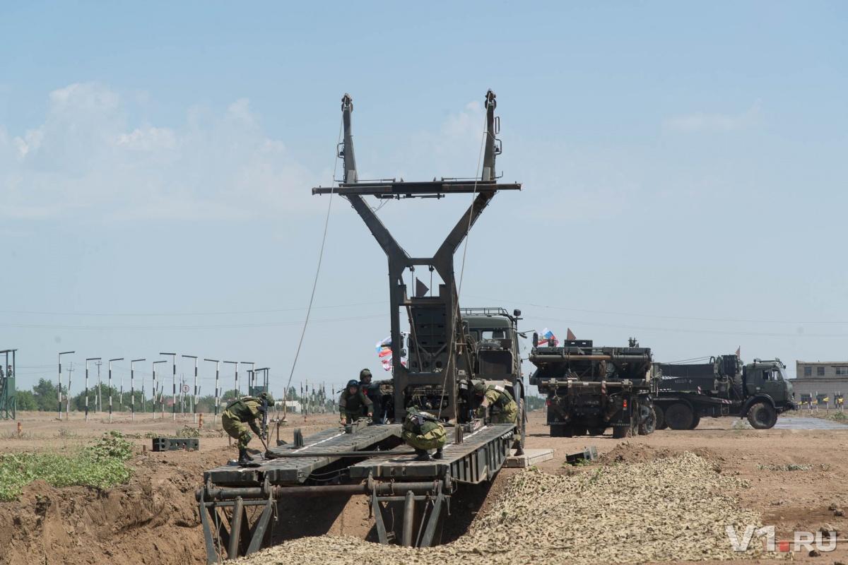 «Здесь пыльно и страшно»: под Волгоградом военные взрывали мины и наводили мосты