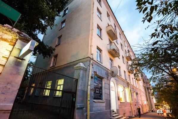 Дом на Карла Либкнехта, 40 стоит рядом с филармонией
