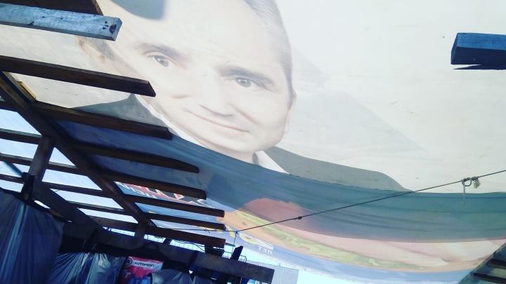 Фото тюменского губернатора растянули над городским рынком