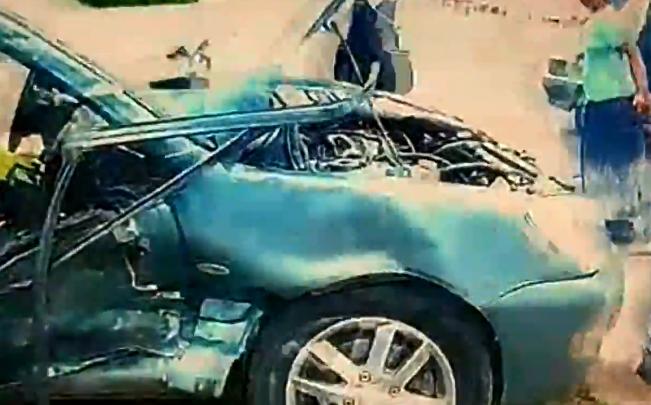 Mitsubishi выкинуло на обочину после ДТП на Большевистской: пострадали две женщины