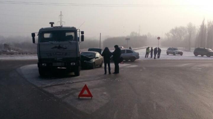 В Башкирии КАМАЗ врезался в легковушку