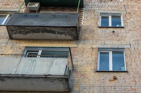 Балконная плита разрушилась до арматуры и могла в любой момент упасть