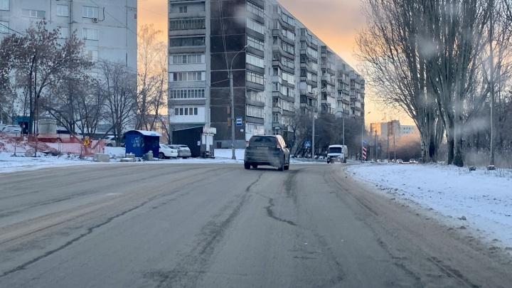 Новосибирские улицы начали поливать химией и посыпать каменной крошкой