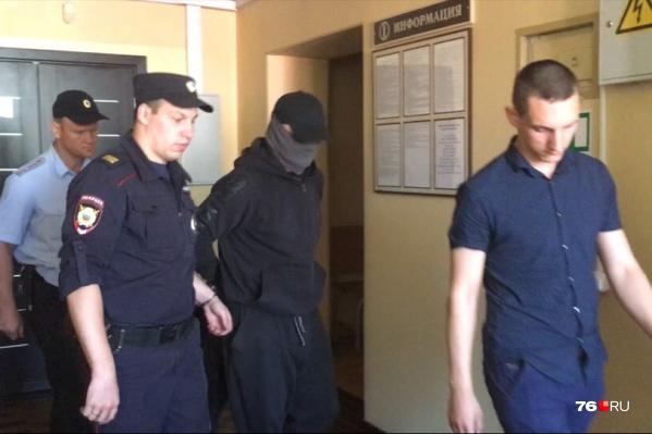 Приговор бизнесмену Владимиру Голубеву огласили в Красноперекопском суде. Подсудимый пришёл с замотанным шарфом лицом