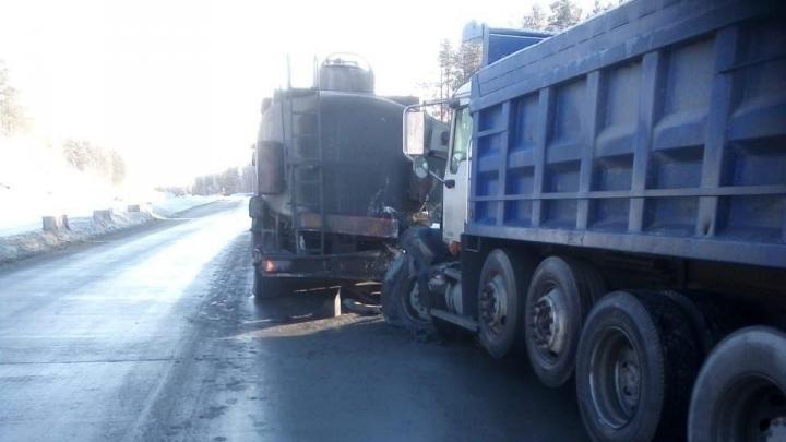 На М-5 в Челябинской области фура столкнулась с бензовозом, перегородив трассу
