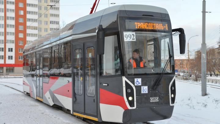 Новый трамвай Уралтрансмаша «сломался» во время испытаний на проспекте Ленина