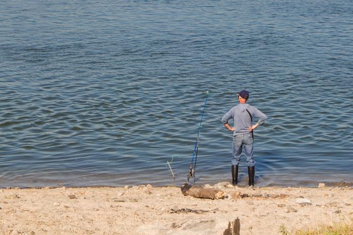 Следователи просят новосибирцев быть осторожными на рыбалке: вчера вечером под опасной волной утонули двое рыбаков