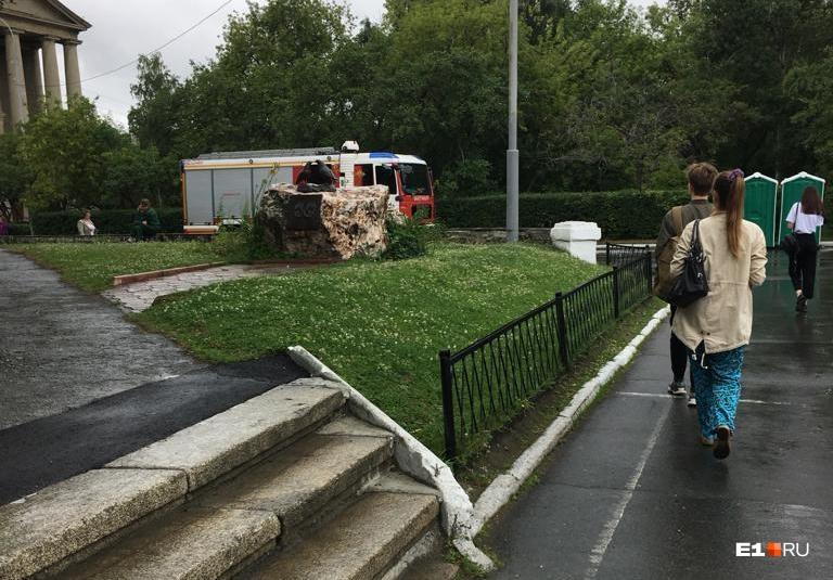 К зданиям УрФУ стягиваются сотрудники МЧС, полиции и скорой помощи