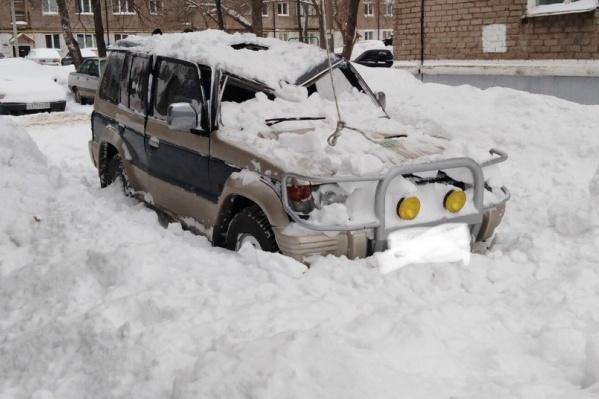 На снег на крышах и козырьках — жалуйтесь в ЖЭУ и управляющие компании