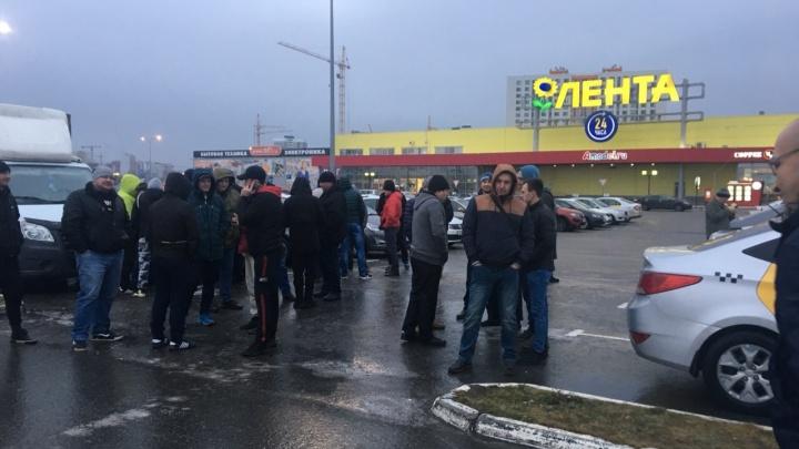 В Тюмени водители «Яндекс.Такси» вышли на акцию у ТРЦ «Зеленый берег»