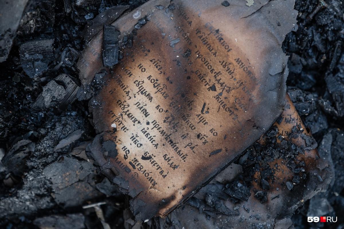 Внутри вагончика, где жил монах, осталась обгоревшая Библия