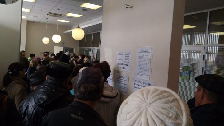 Новосибирцы застряли в огромных очередях в офисе мусорного оператора «Экология-Новосибирск»