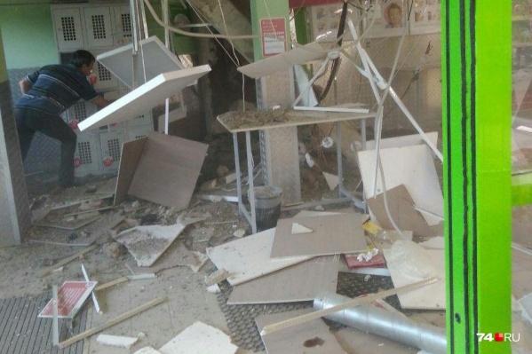Сотрудники магазина на условиях анонимности рассказали, что потолок на Захаренко, 4 ремонтировали недавно. К счастью, из-за его обрушения никто не пострадал<br>