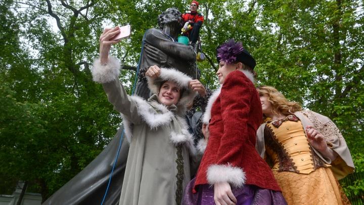 В Екатеринбурге дворянки и пес устроили чаепитие у памятника Пушкину, пока его мыли альпинисты