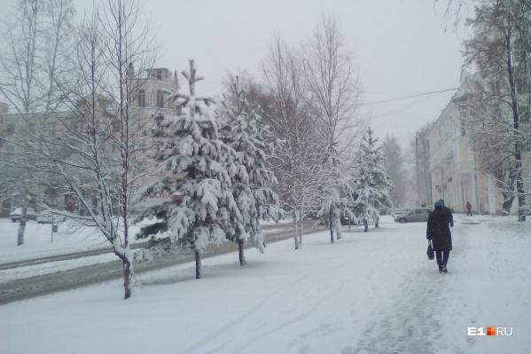 На улицах Серова уже лежат сугробы