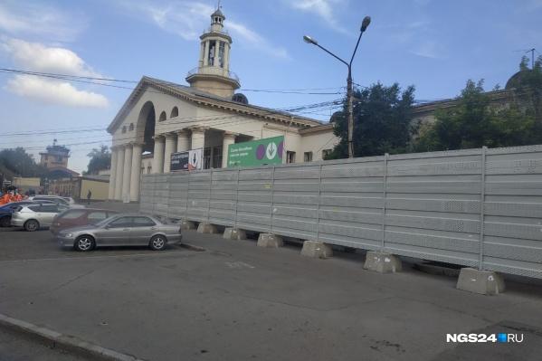 Забор установили еще в феврале — за ним находятся павильоны