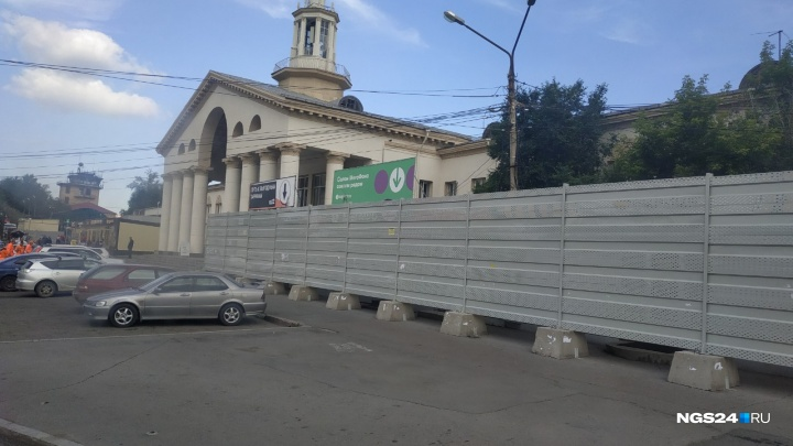 ГИБДД признала незаконным скрывающий павильоны забор на автовокзале. Почему он еще там?