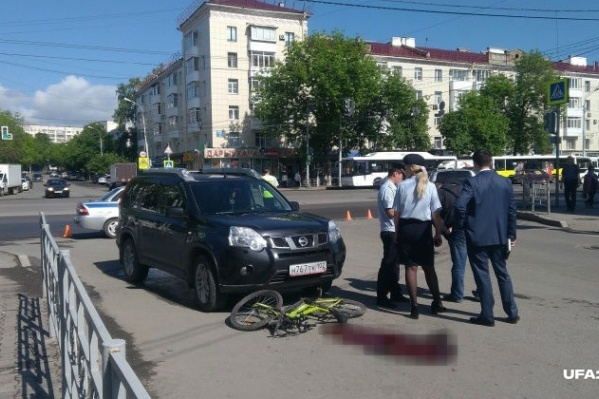 Внедорожник поворачивал направо с проспекта Октября на улицу Бессонова