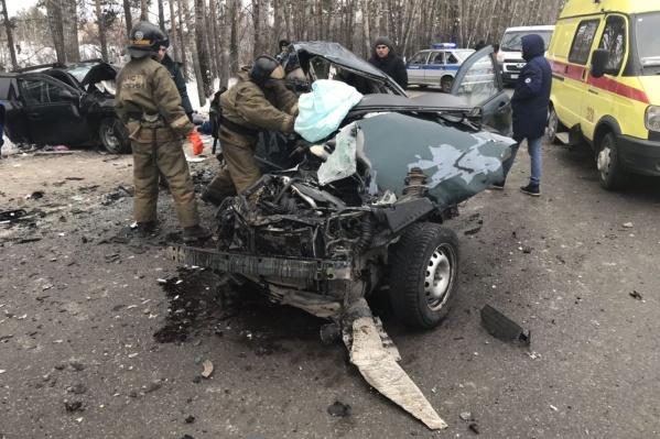 В жестком ДТП погибли оба водителя. Также авария унесла жизнь учительницы и её 11-летней внучки