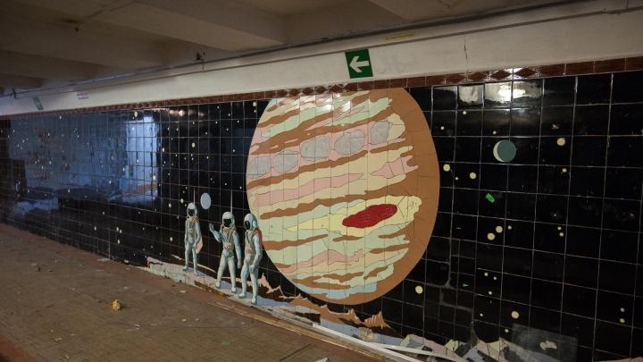 В подземном переходе на Кировском убрали ларьки, загораживающие мозаику